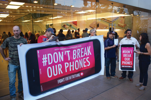 About a dozen demonstrators showed up Tuesday night to show their support for Apple. (photo by Patricia Sanchez)