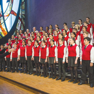 Artistic Director Anne Tomlinson conducts the Los Angeles Children's Chorus. (photo by Jamie Pham)