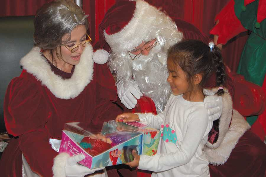 ad27e3693987d0 Santa surprises kids at LAPD giveaway - Park Labrea News  Beverly ...